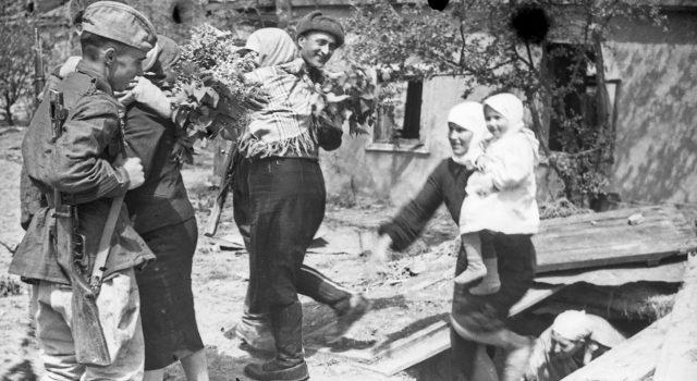 La ayuda del pueblo al Ejército Rojo en la Gran Guerra Patria Sov-osvoboditeli-v-stanitse-Krimskaya_may1943-640x350