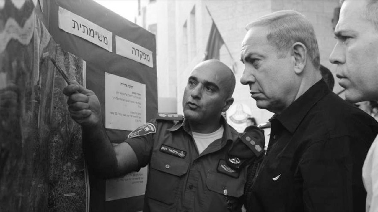 Benjamín Netanyahu, revisa mapa de bases militares