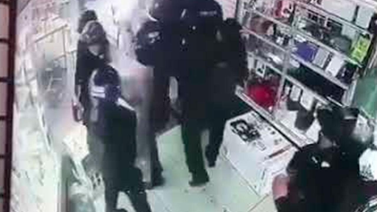 Policías de Ecuador saquean una tienda.